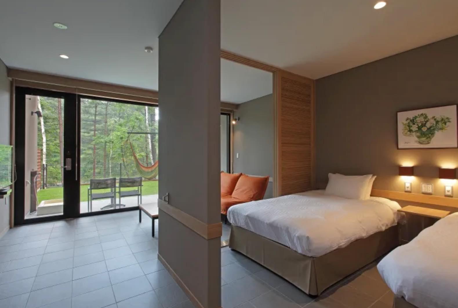 御影用水の水面と軽井沢の森を眺める客室